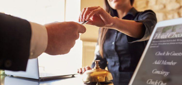 Como proceder com a precificação e política de descontos em hotéis?